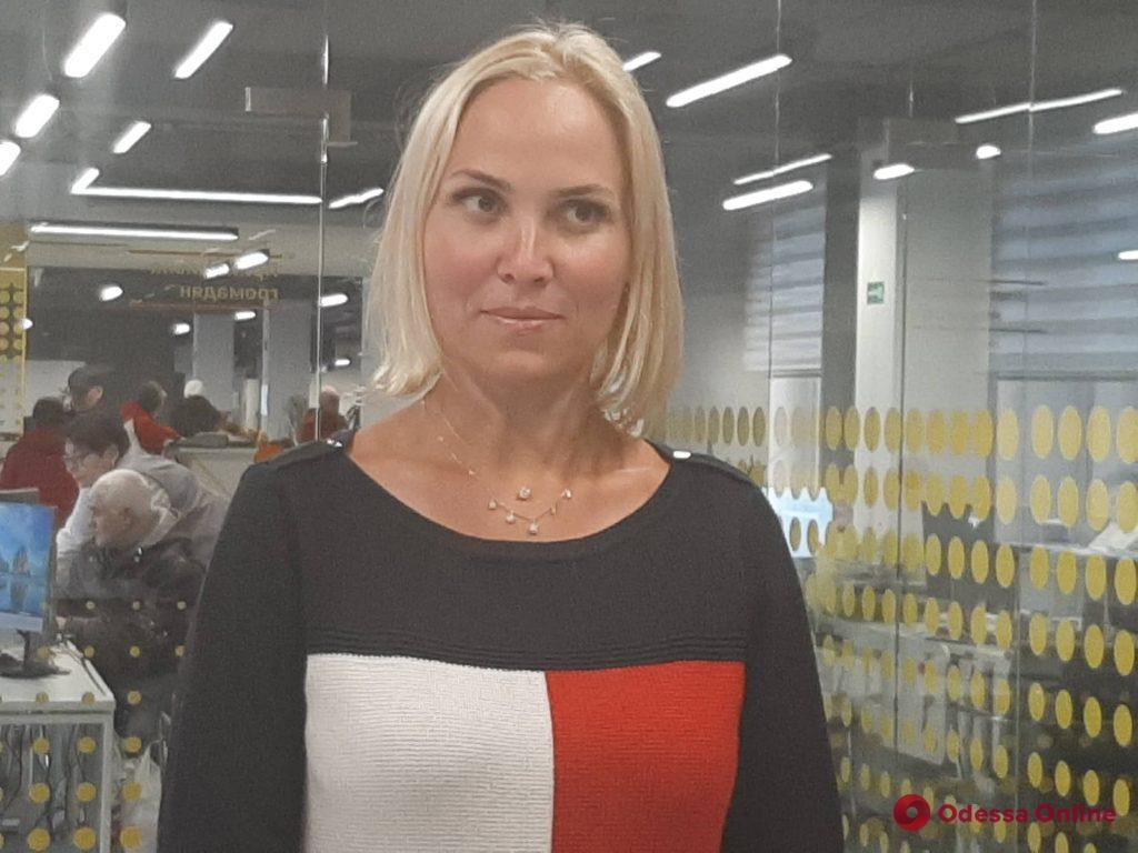 Истощенные дети с ранами и обморожением: в Одессе горе-мать требует вернуть ей дочерей (видео)