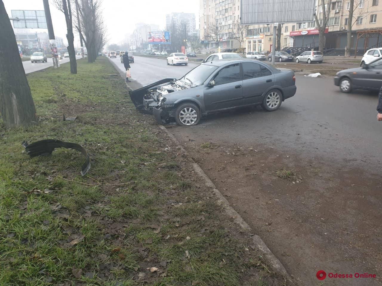 На поселке Котовского Nissan врезался в дерево и загорелся