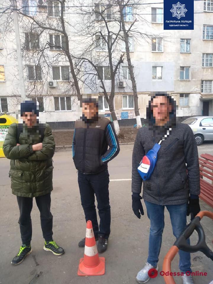 На поселке Котовского трое рецидивистов украли детскую коляску
