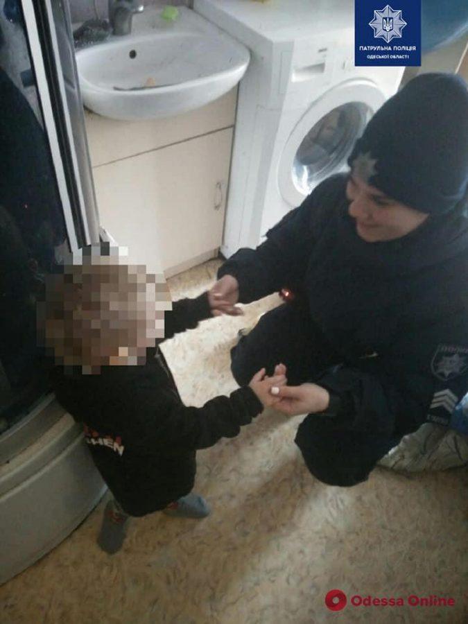 Плакали и звали на помощь: в Одессе горе-мать на два дня бросила детей одних дома