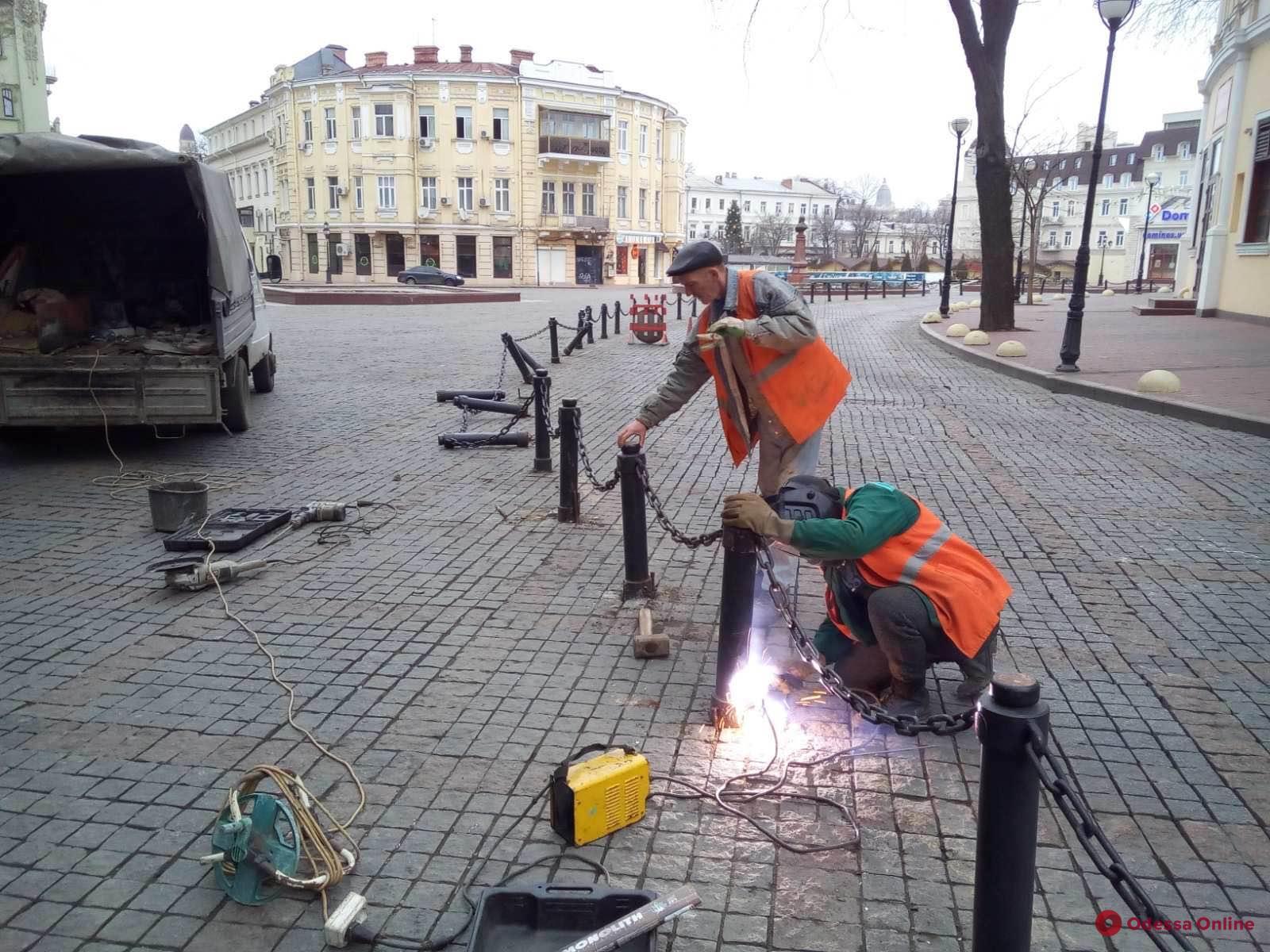 Вандалы сломали ограду на Греческой площади