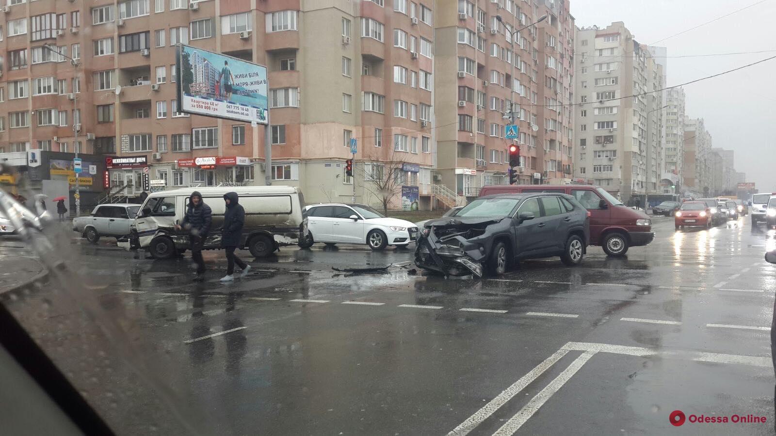 На поселке Котовского столкнулись микроавтобус и кроссовер