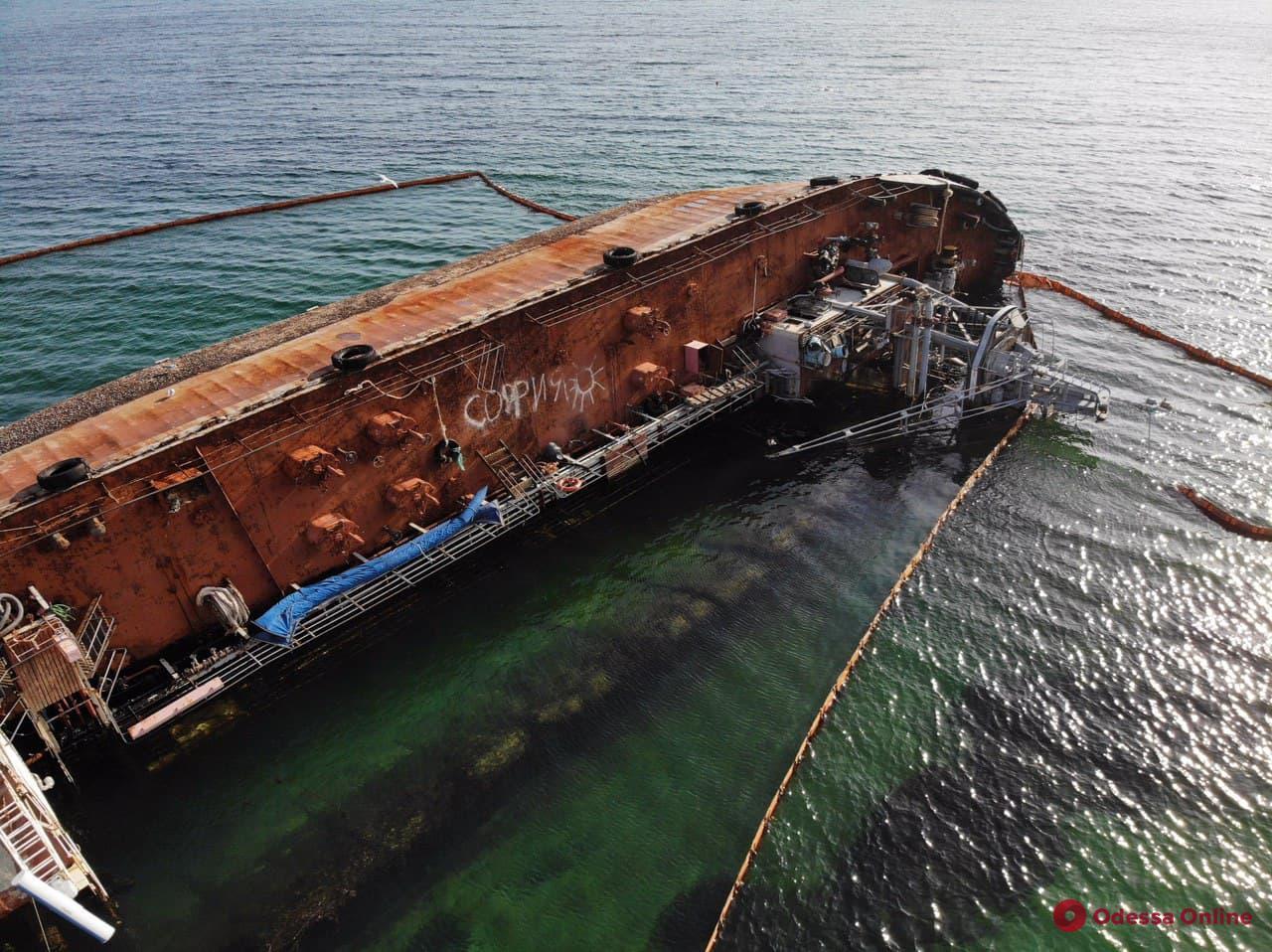 Одесса: на затонувшем танкере Delfi произошла новая утечка топлива (видео, обновлено)