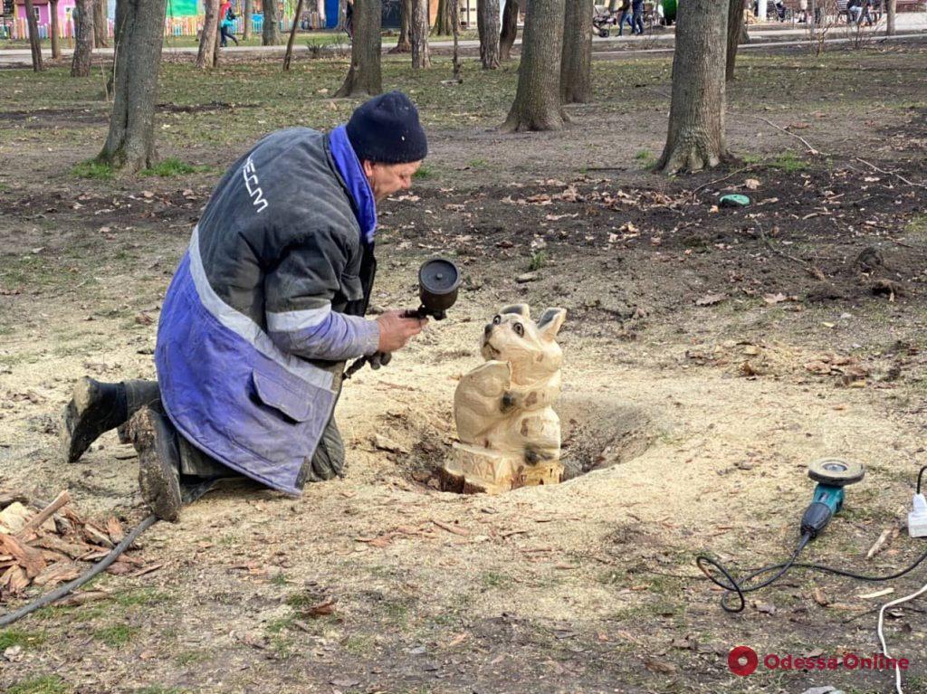 В парке Горького одесский скульптор превратил старые пни в произведения искусства (фото)