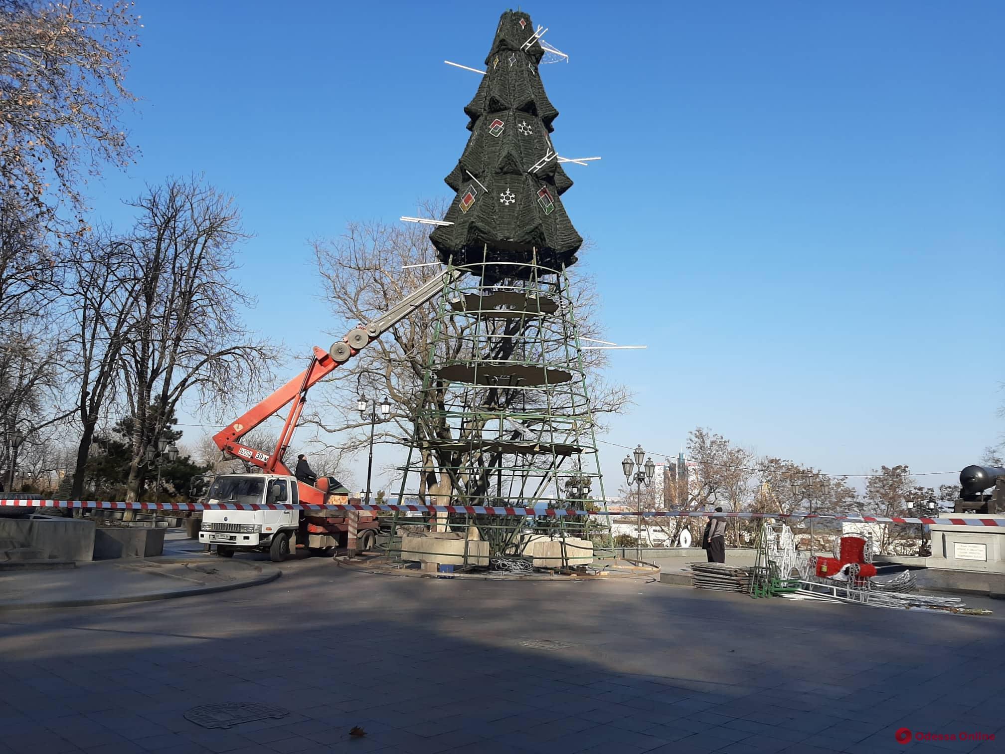Возле мэрии разбирают главную новогоднюю елку (фото)