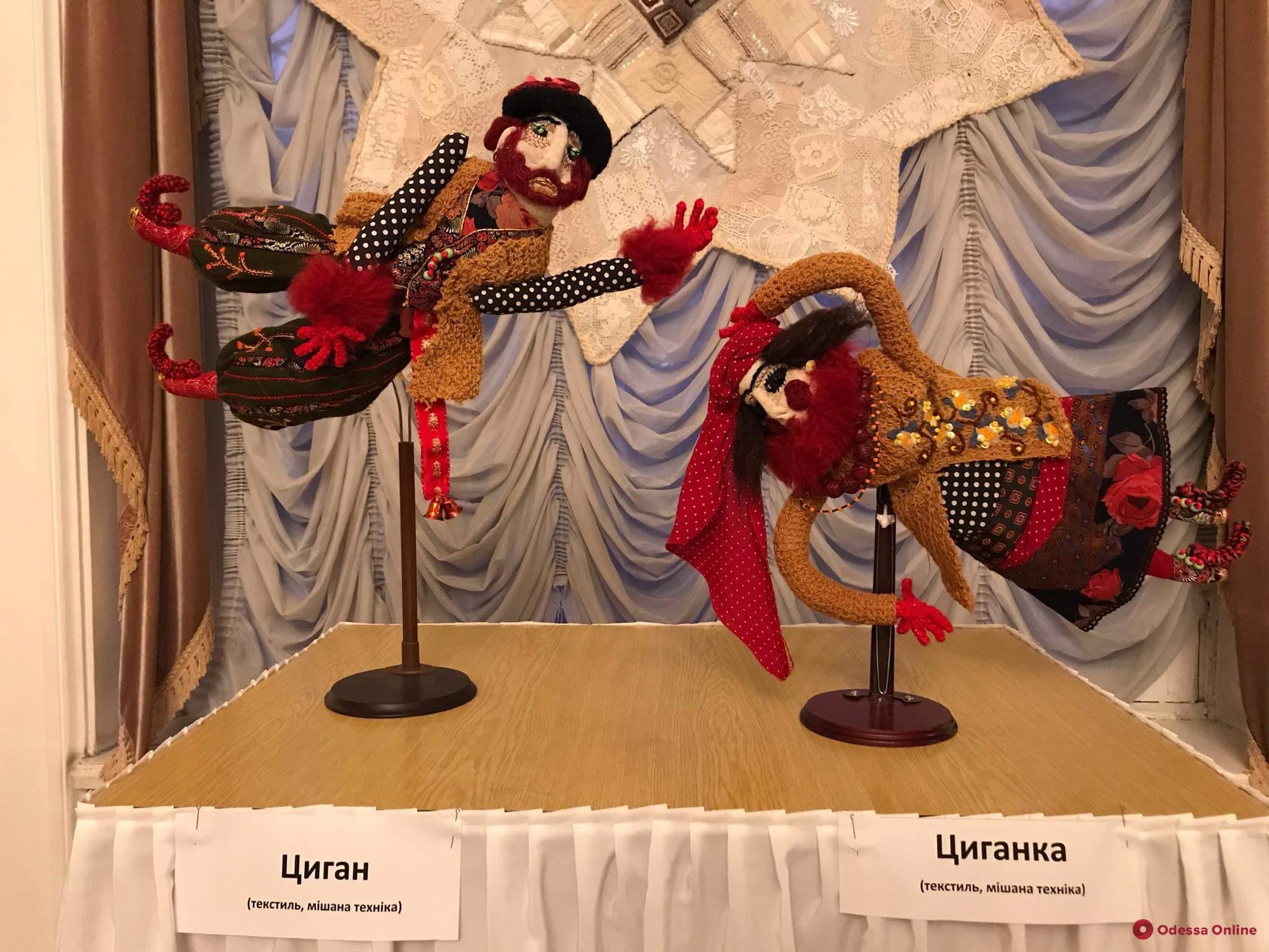«От Романа до Иордана»: в Украинском театре открылась выставка текстильных кукол (фоторепортаж)