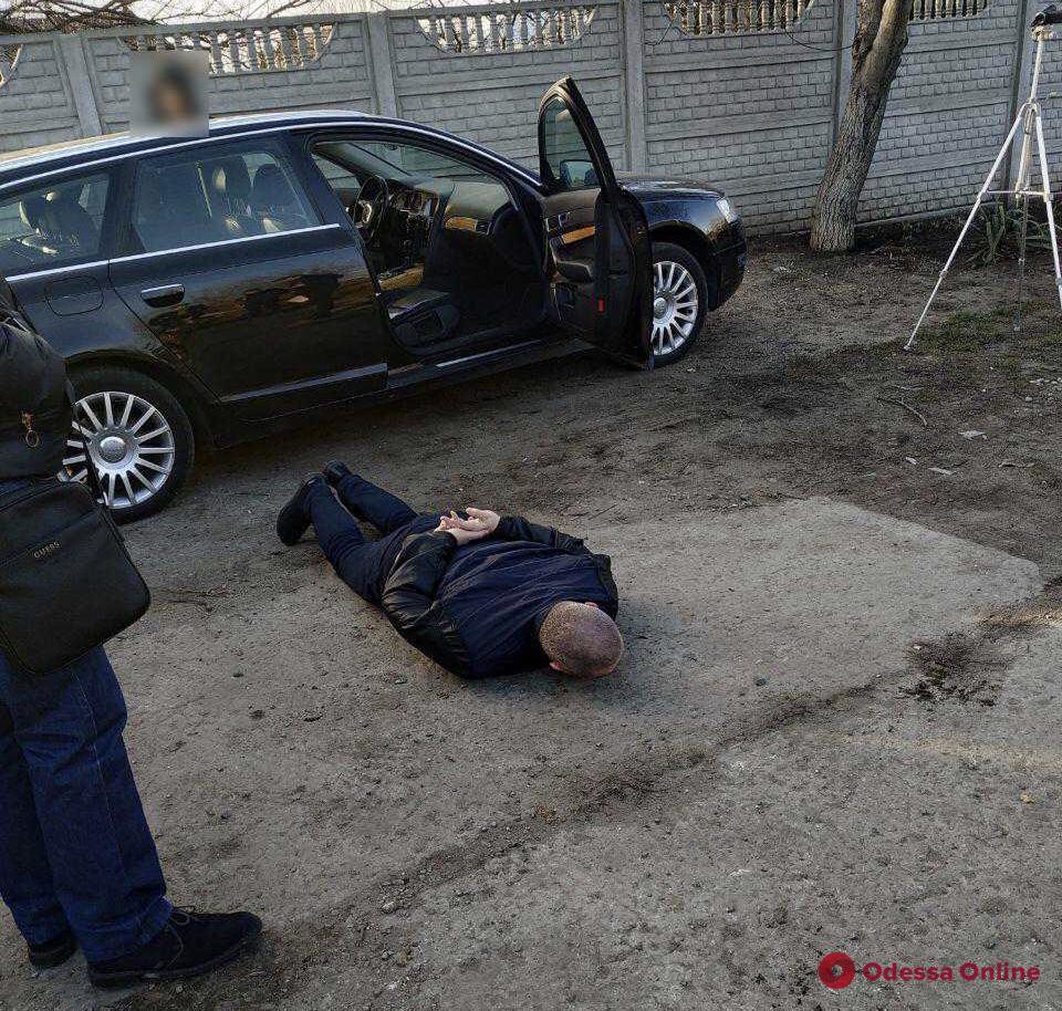 Сотрудник Одесской таможни погорел на взятке за растаможку автомобилей