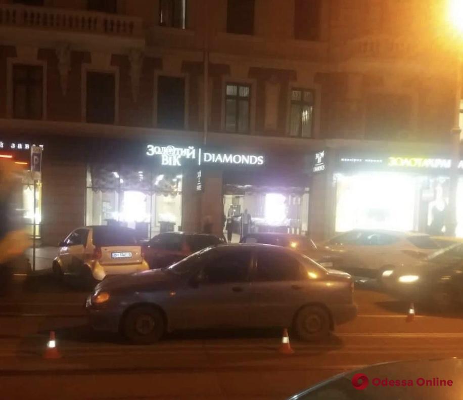 В центре Одессы полицейский сбил женщину с внучкой (обновлено)