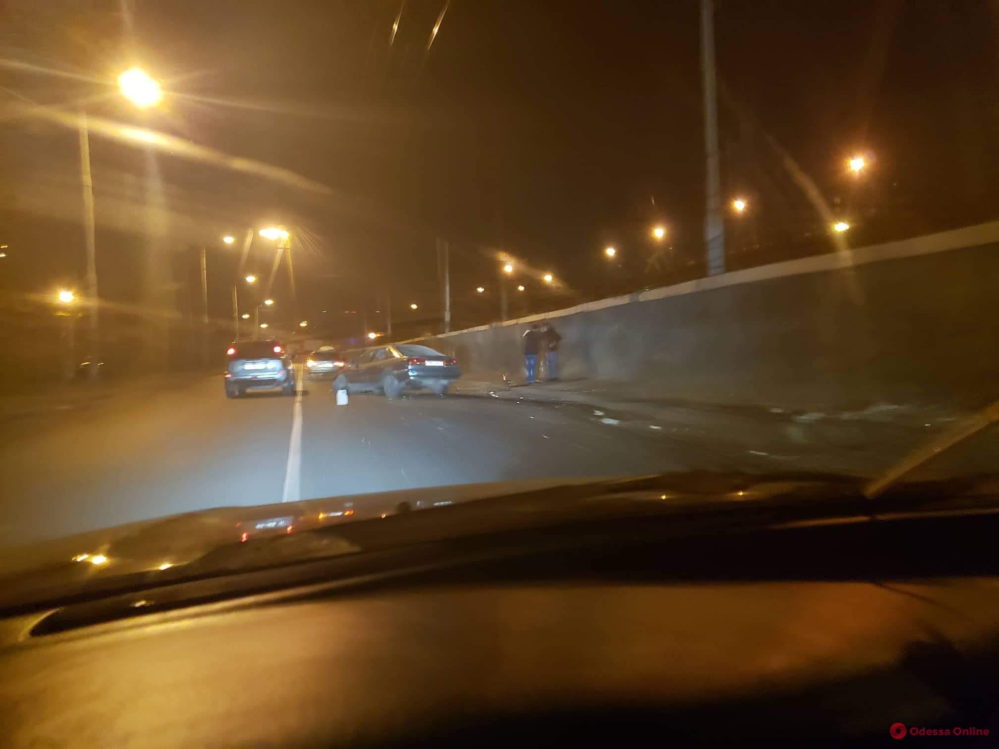 Одесса: возле морвокзала автомобиль врезался в стену