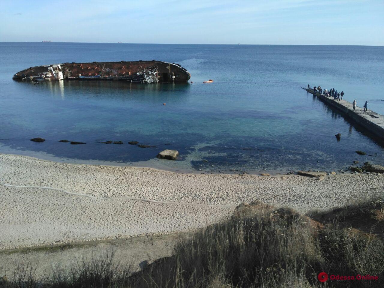 Танкер Delfi все еще остается в Одесском заливе
