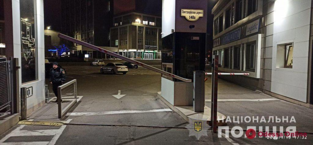 В Одессе пьяный полицейский сбил шлагбаум и наехал на пешеходов