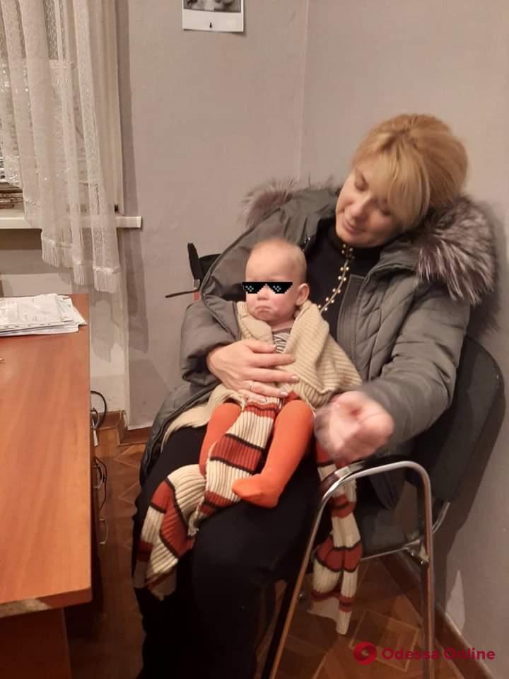 В Одессе горе-родители забаррикадировались в квартире от сотрудников службы по делам детей