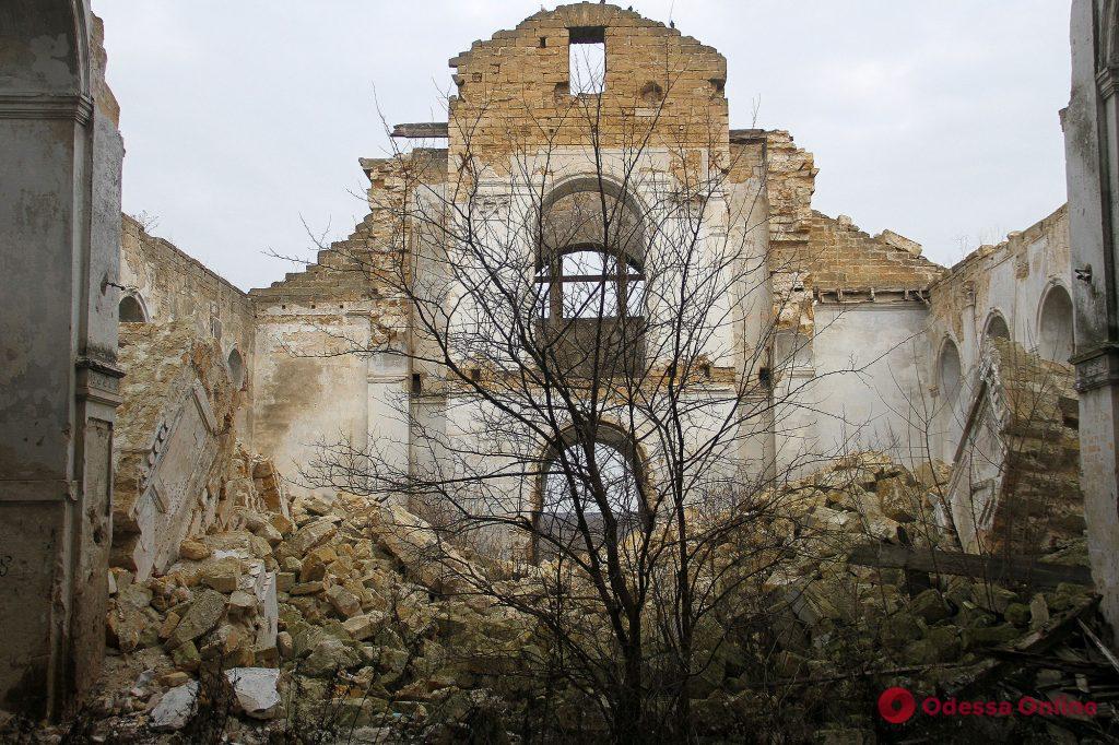 Назад в прошлое: руины католического храма в стиле неоготики в Одесской области (фоторепортаж)