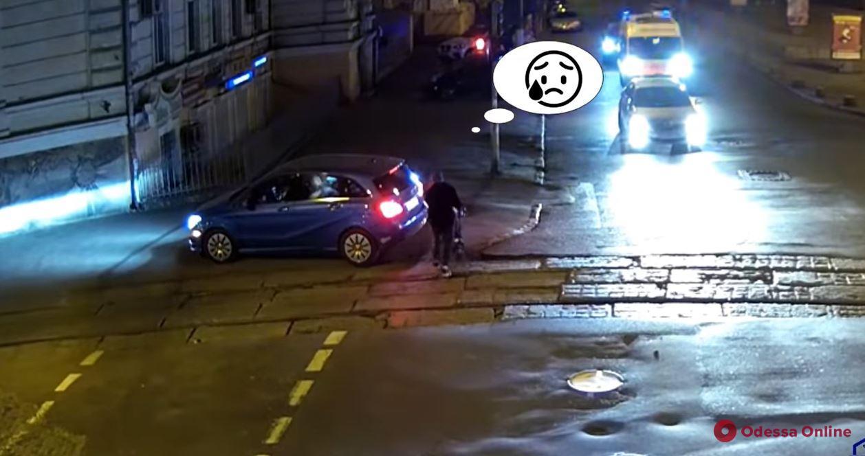 «Король дорог»: в Одессе автохам перекрыл пешеходный переход и едва не сбил детскую коляску на тротуаре (видео)