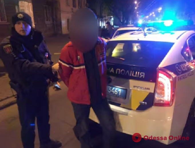 В Одессе мужчина украл из машины детское автокресло