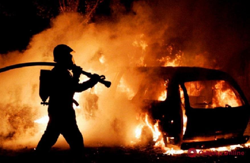 Ночью в Одессе горела очередная легковушка