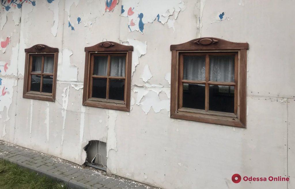 Страшная тайна страшной хатынки: на закрытом заседании решали судьбу «Домика бракосочетаний Саакашвили»