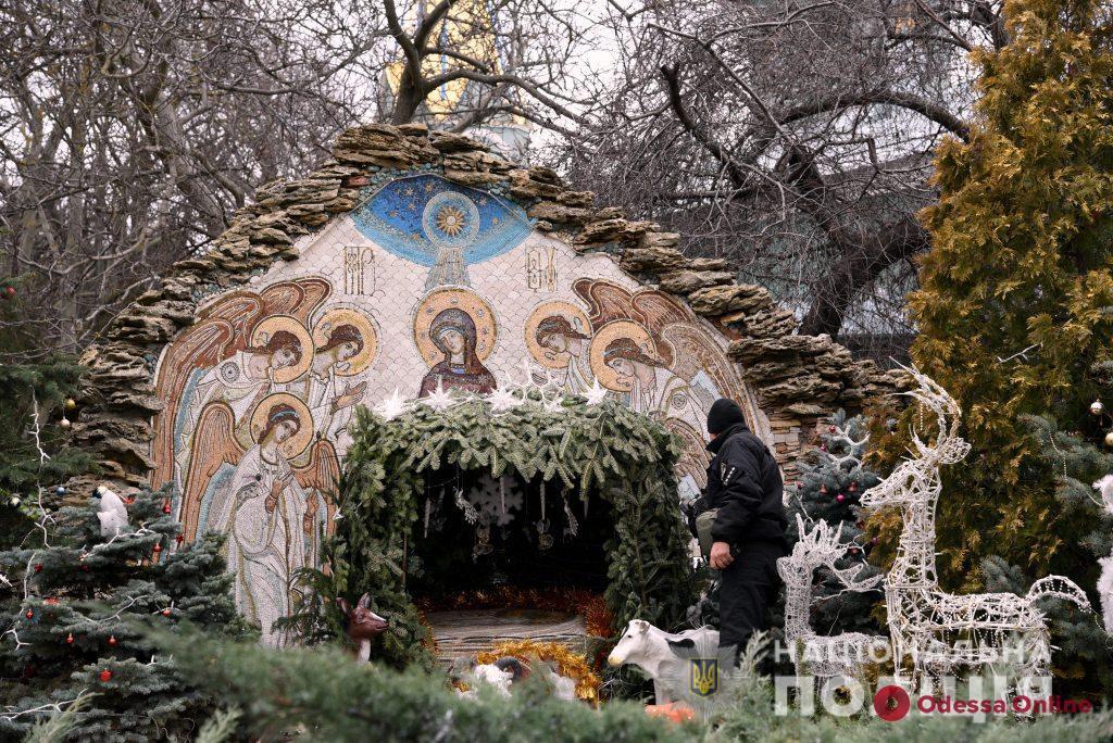 Перед рождественскими богослужениями полицейские проверяют на безопасность одесские храмы (фото, видео)