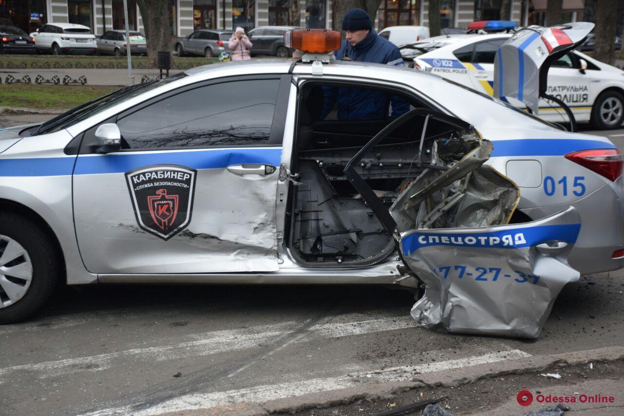 В центре Одессы не поделили дорогу кроссовер и легковушка