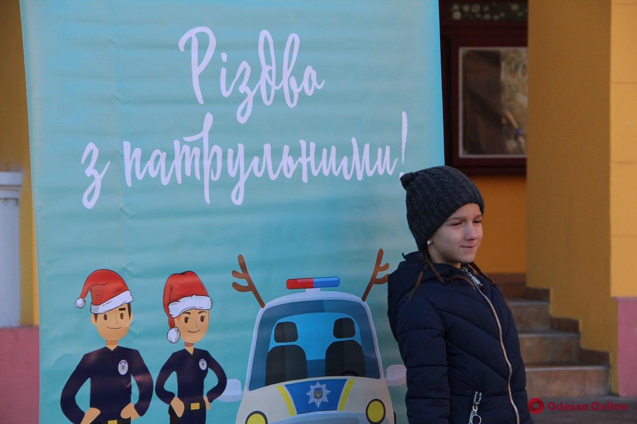 Машины, рации и алкоочки: патрульные устроили рождественский праздник на Приморском бульваре (фото)
