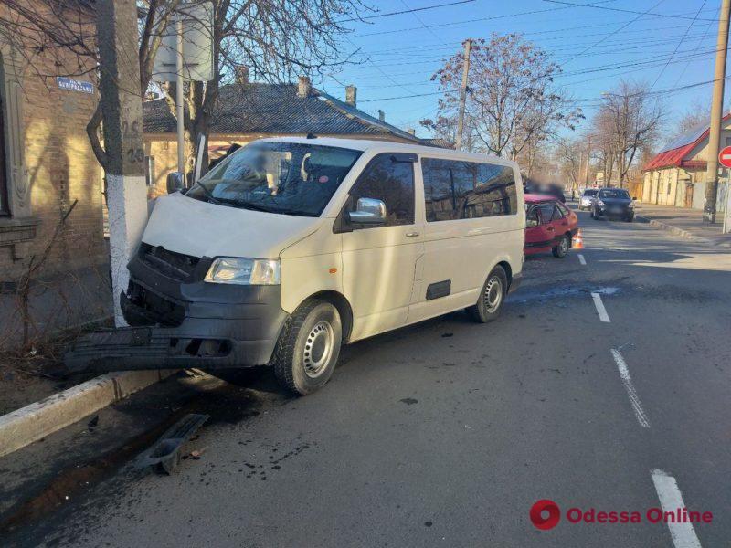 В Измаиле микроавтобус после столкновения с легковушкой врезался в столб