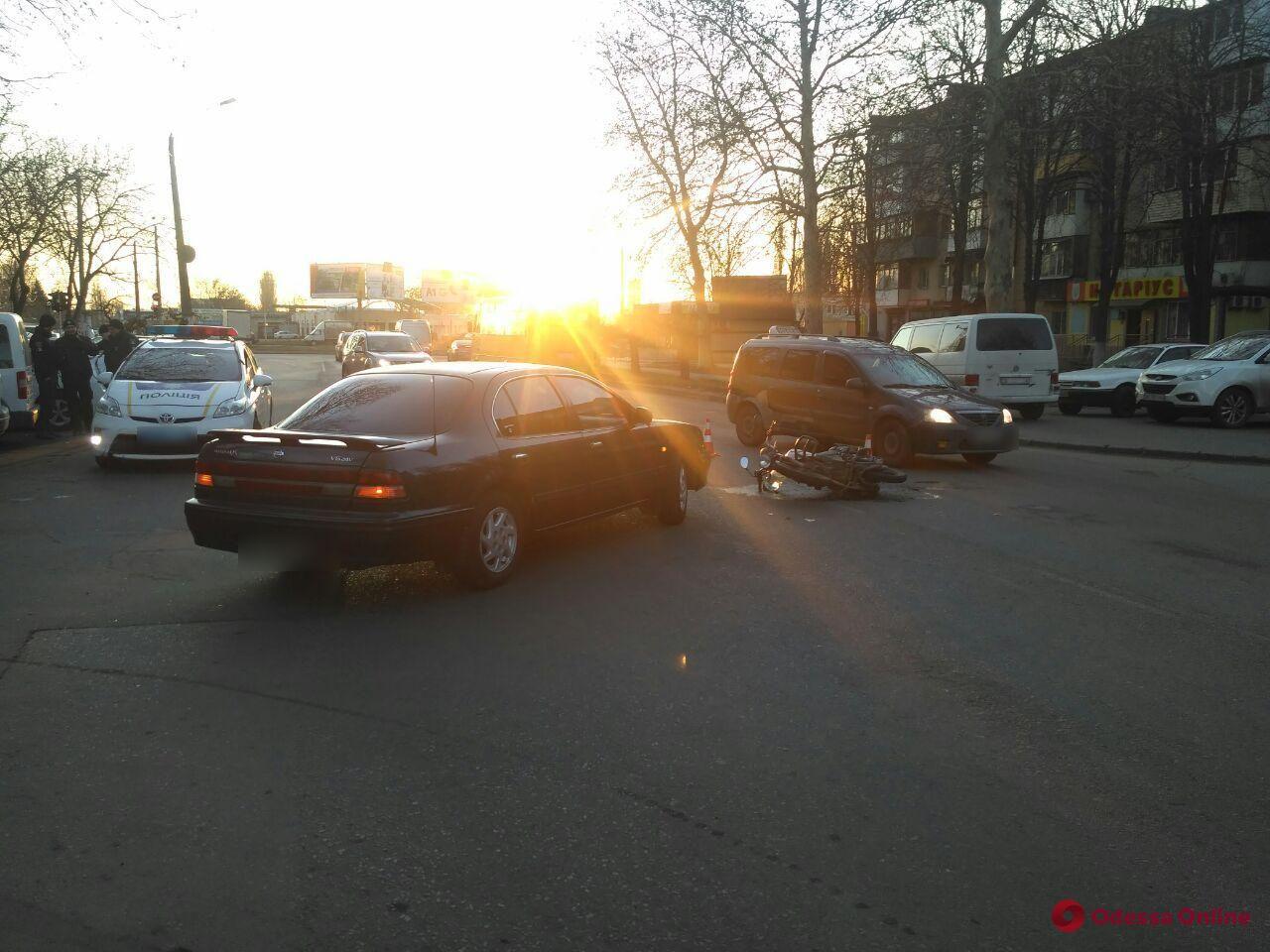 На Варненской столкнулись легковушка и мотоцикл