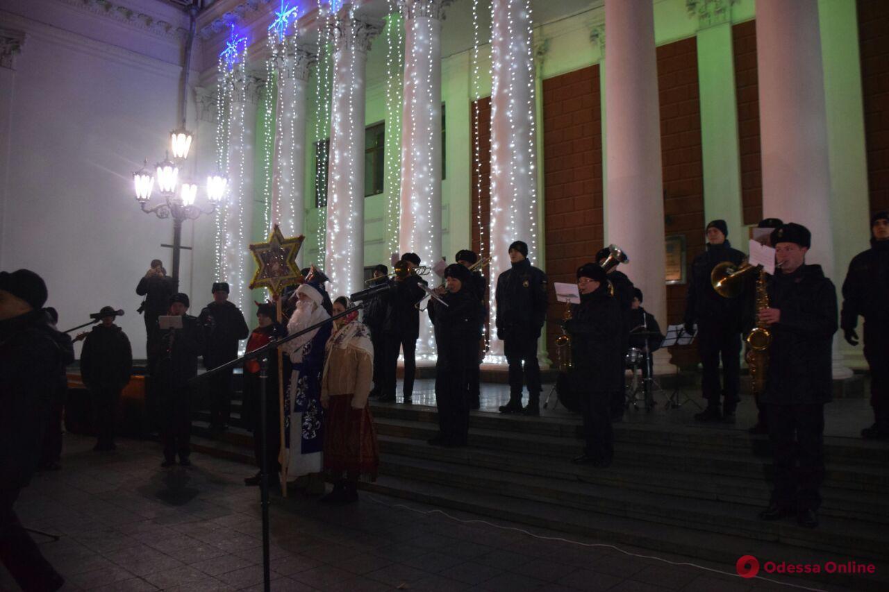 В Одессе под аккомпанемент оркестра щедровали нацгвардейцы (видео)