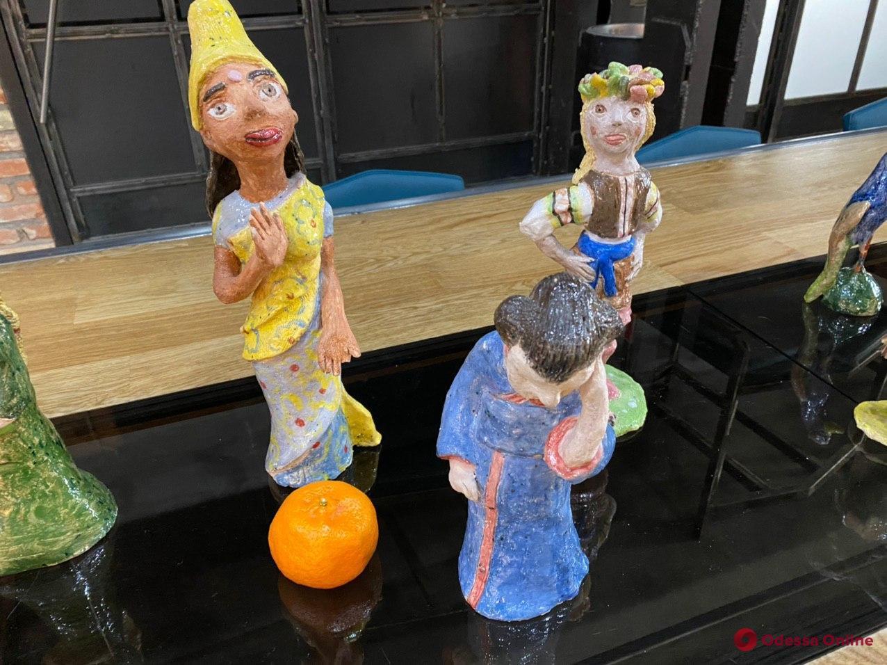 Одесситам показали необычные керамические скульптуры и панно (фото)