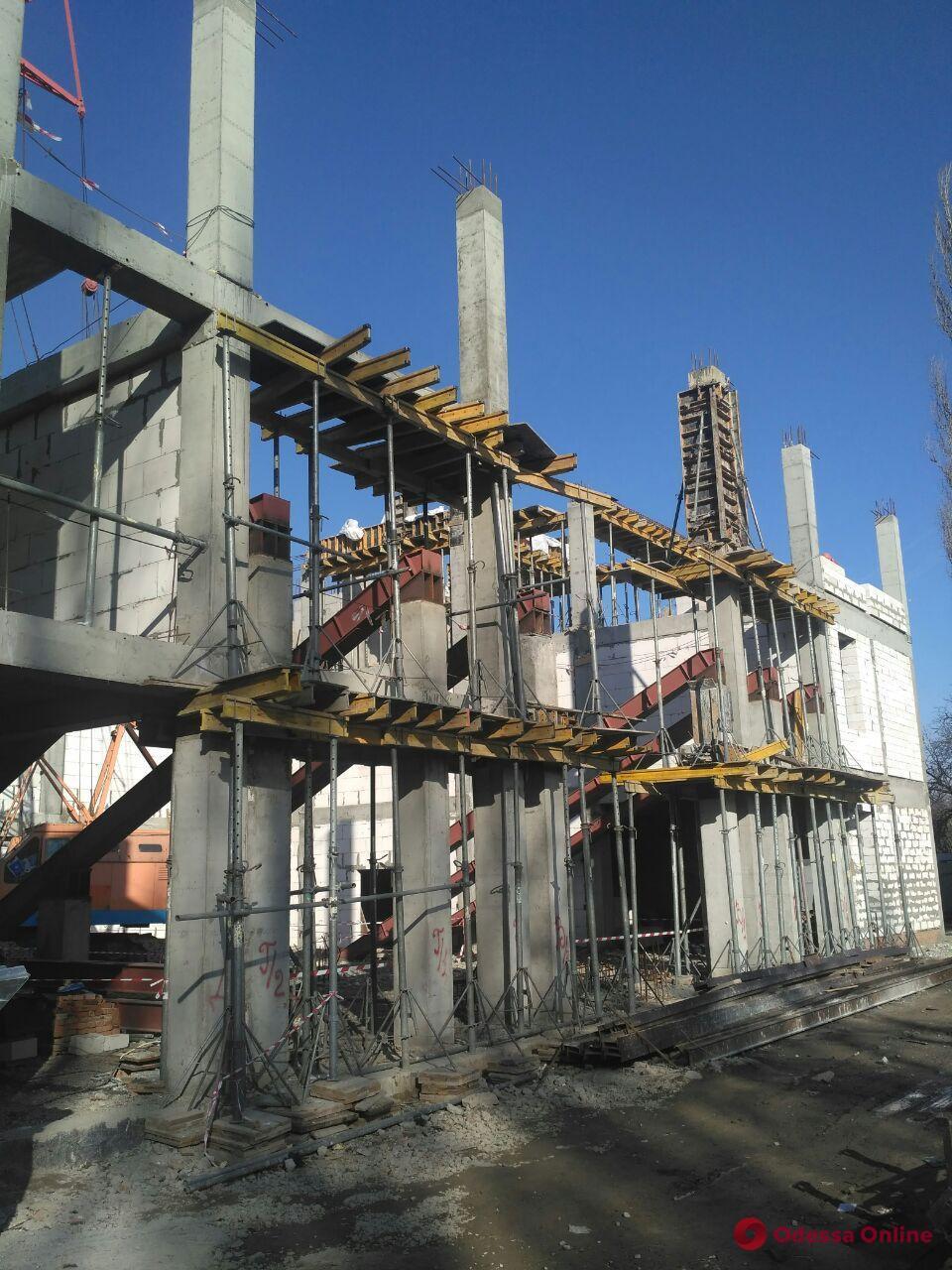 Мэр Одессы проверил ход строительства дома детского творчества (фото)