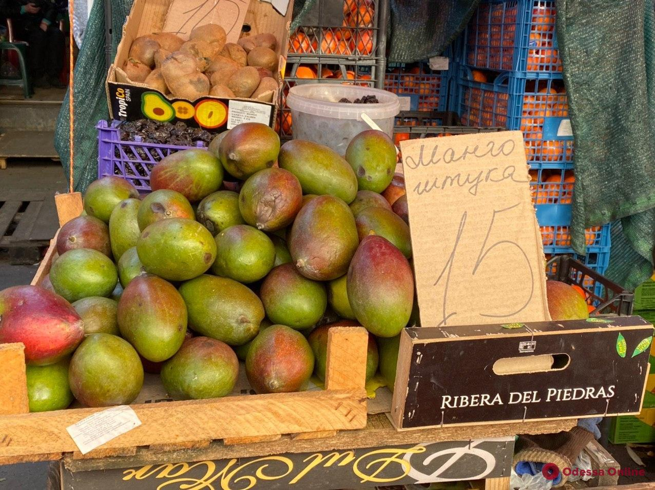 Кокосы, «драконий фрукт» и манго: воскресные цены на одесском «Привозе»