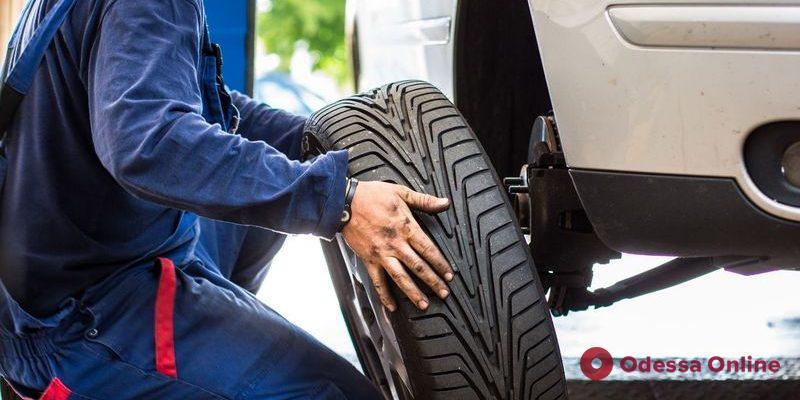 В центре Одессы иностранцы «обчистили» машину, пока владелец менял колесо