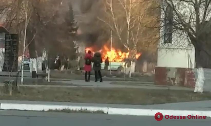 В Одесской области загорелся перевозивший нацгвардейцев автобус (видео)