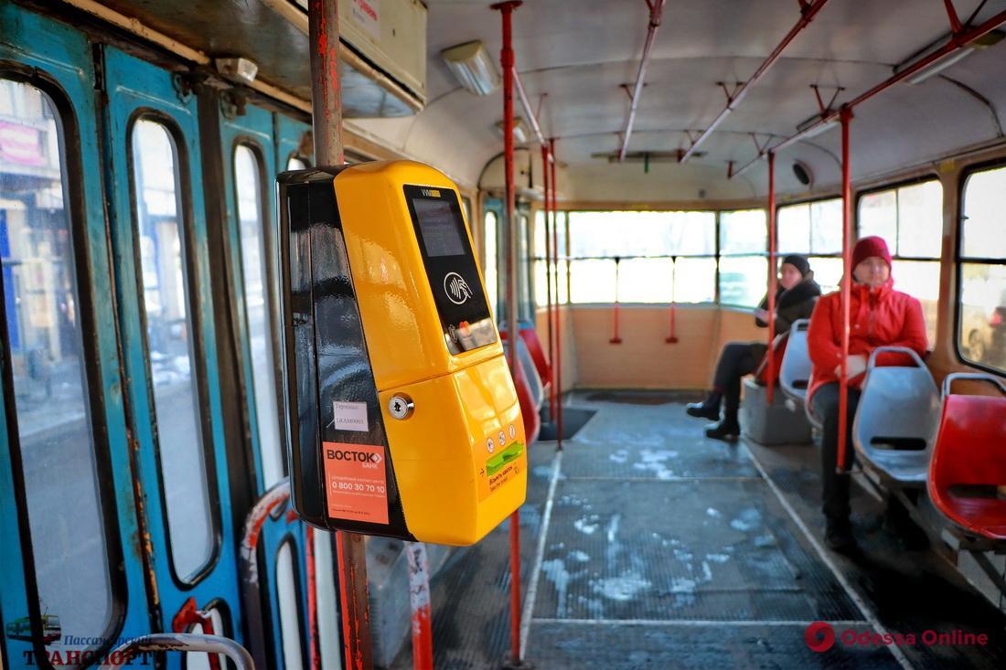 Диджитализация: в одесском трамвае теперь можно расплатиться картой и смартфоном