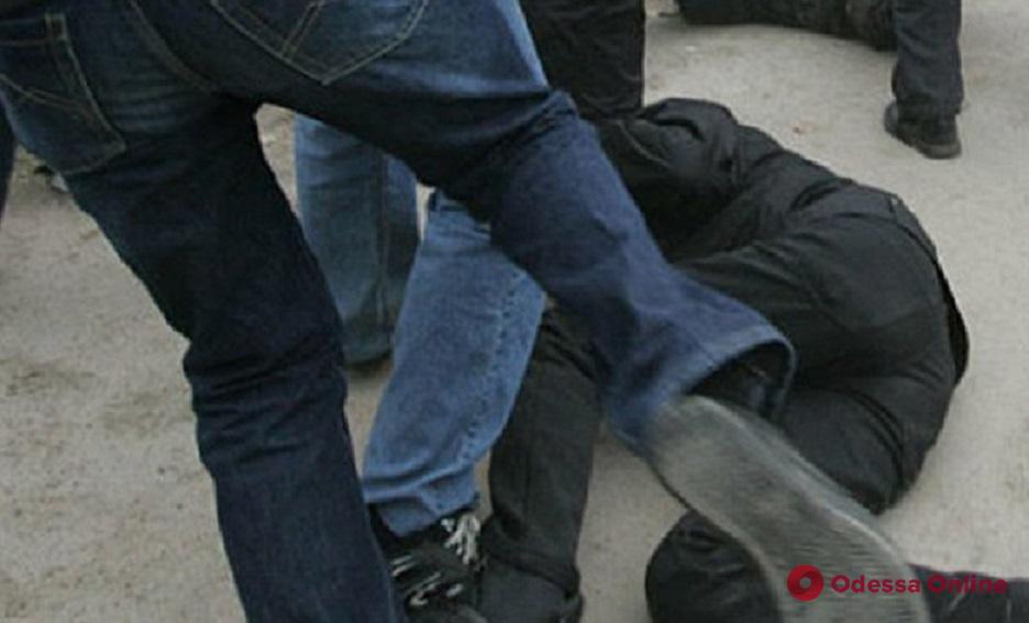 В одесском дворе избили и ограбили мужчину