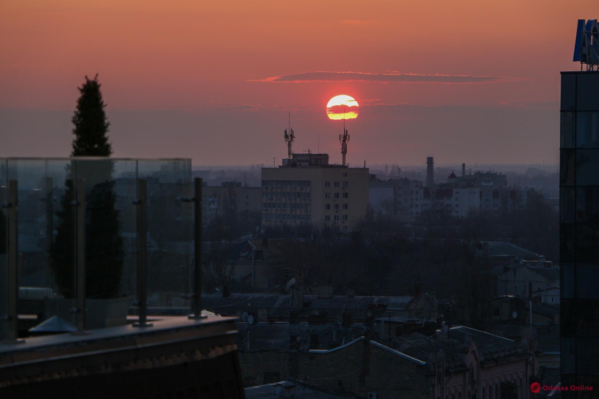 В последний день зимы одесситы насладились красочным закатом (фоторепортаж)