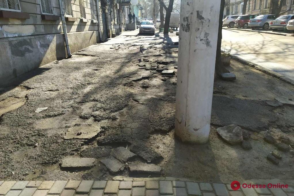 На Гимназической отремонтируют тротуар