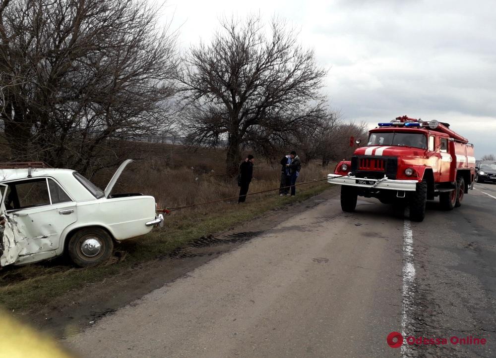 В Одесской области легковушка слетела с дороги и врезалась в дерево