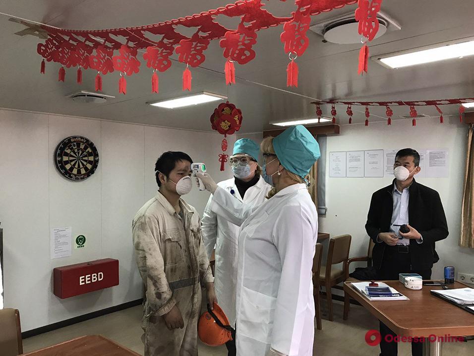 Одесские эпидемиологи осматривают членов экипажей прибывших судов