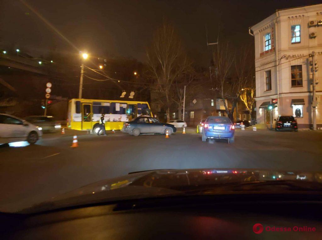В центре Одессы столкнулись автомобиль и маршрутка