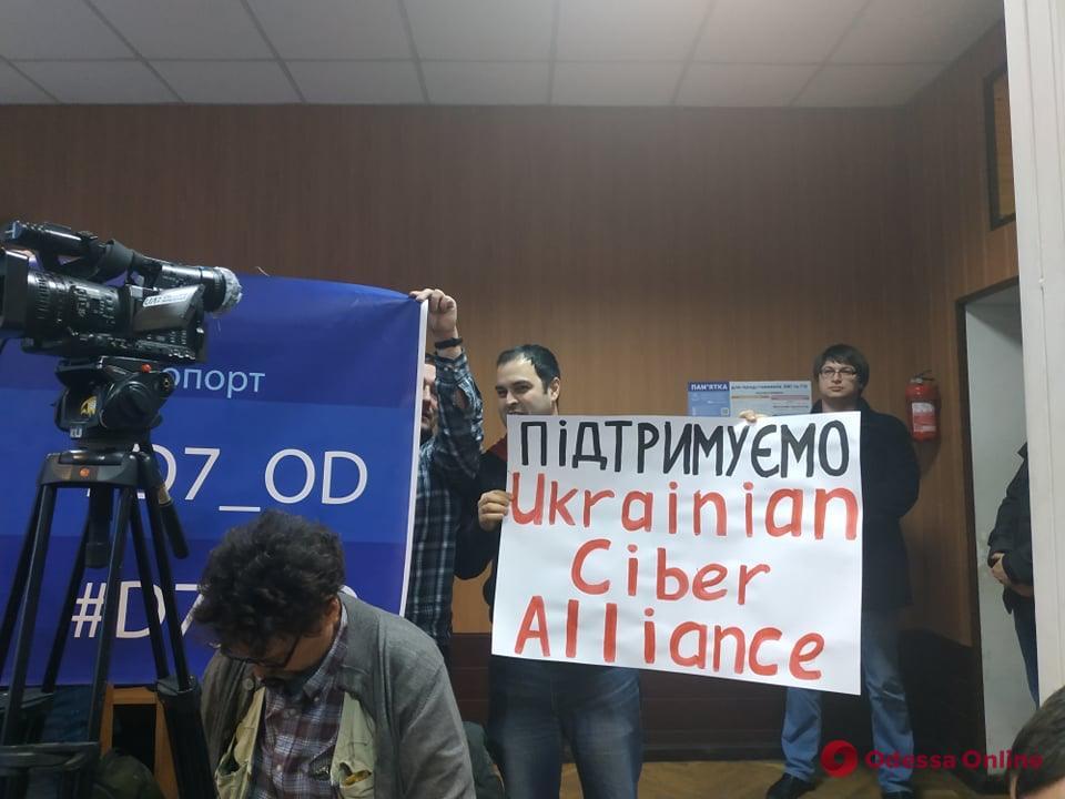 Взлом табло Одесского аэропорта: прокуратура хочет арестовать имущество членов «Кибер Альянса»