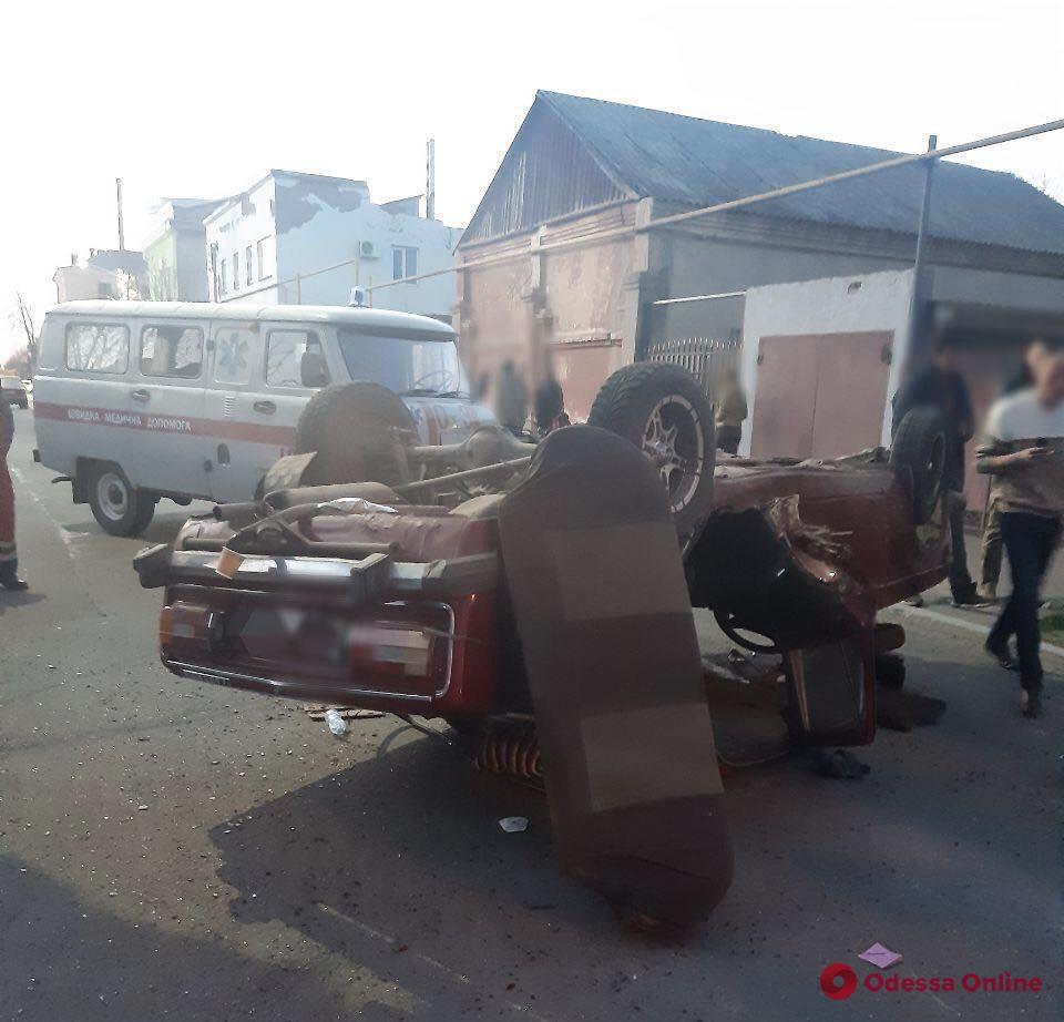 ДТП в Измаиле: один автомобиль перевернулся, второй въехал в столб (фото)