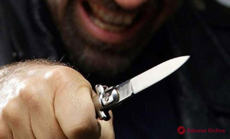 Бездомный рецидивист ударил одессита ножом в шею