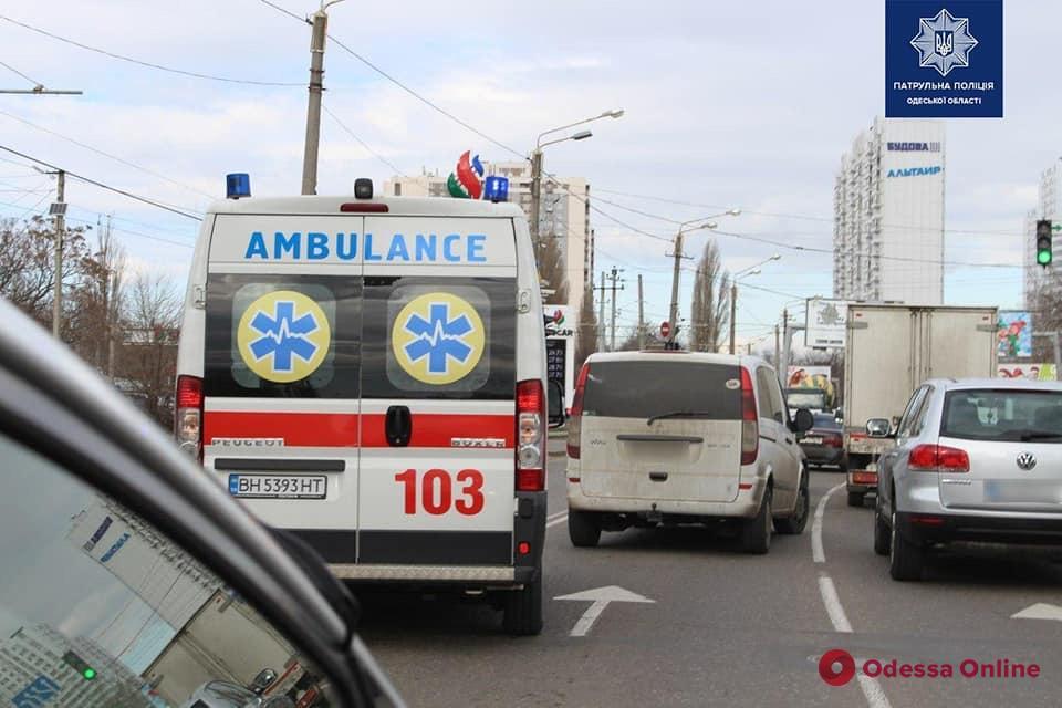 Патрульные проверяют, как одесские водители уступают дорогу спецтранспорту