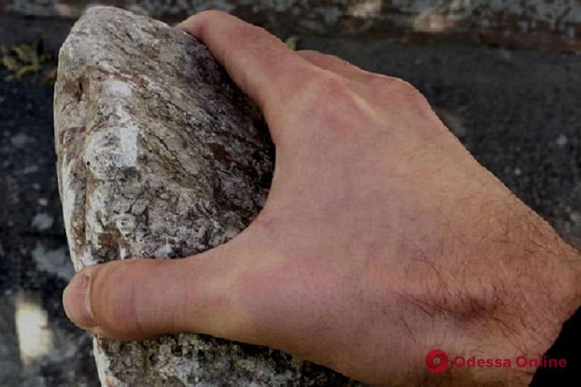 Не поделили девушку: в Одессе гость города разбил мужчине камнем голову