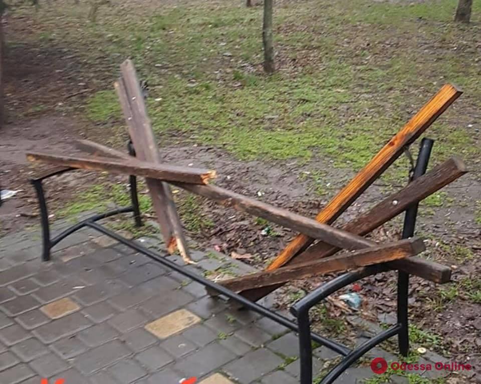 В одесском сквере вандалы сломали скамейки