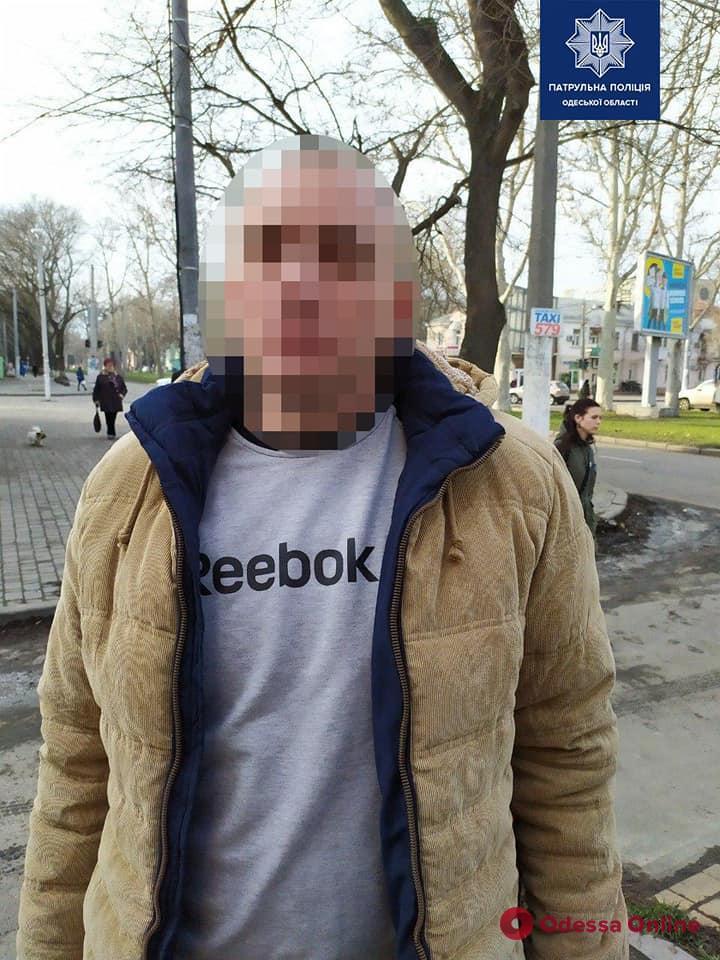 В Одессе трое горе-воров пытались скрыться от патрульных на троллейбусе