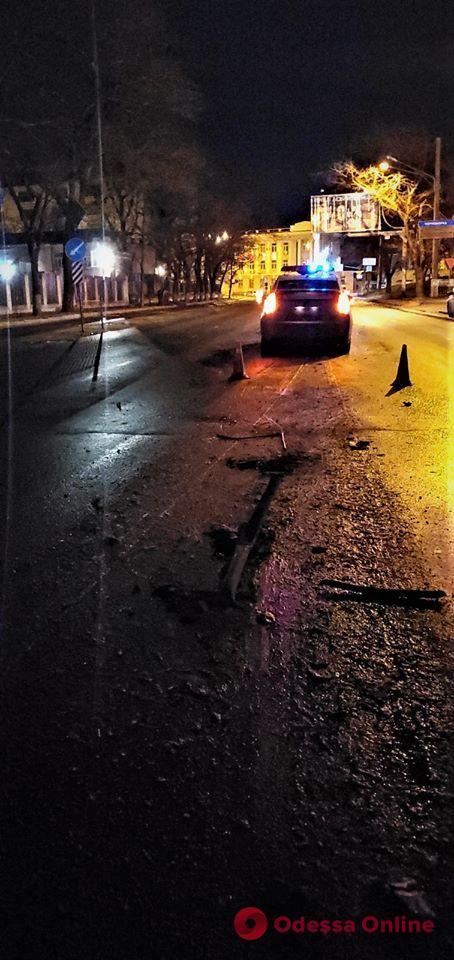 Ночное ДТП в Одессе: автомобиль снес дорожный знак и турникет
