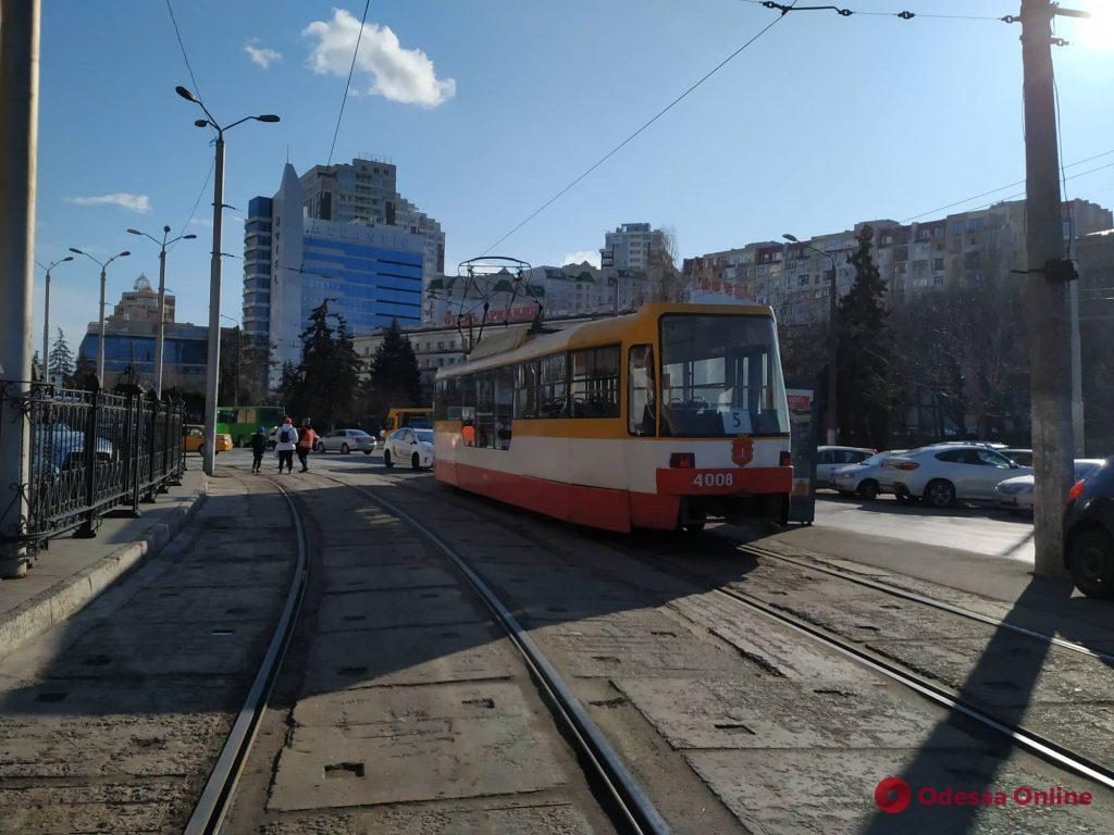 На площади 10 Апреля автохам заблокировал движение трамваев (фото)