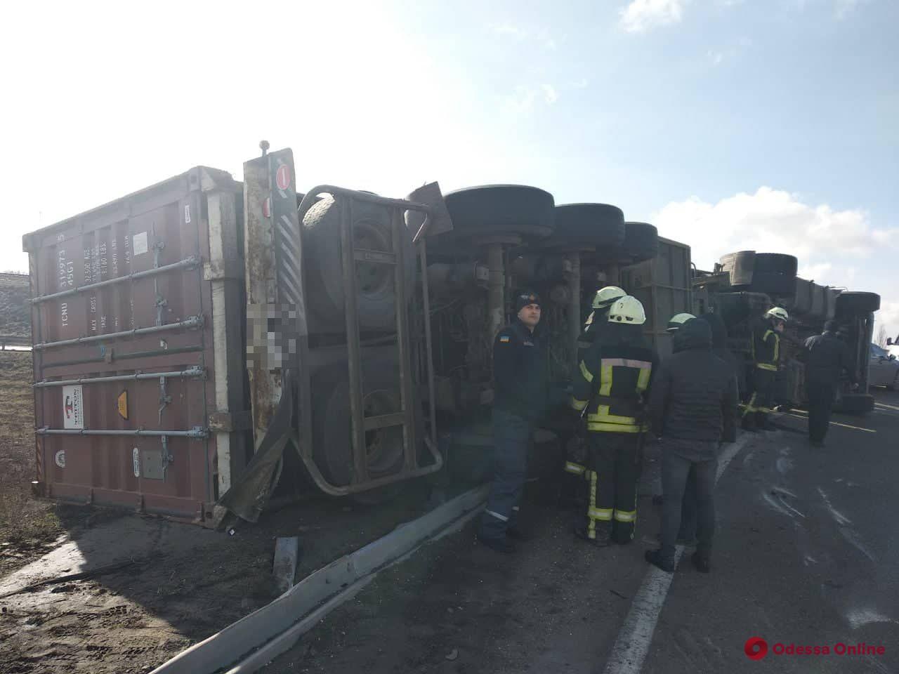 На Клеверном мосту опрокинулся грузовик