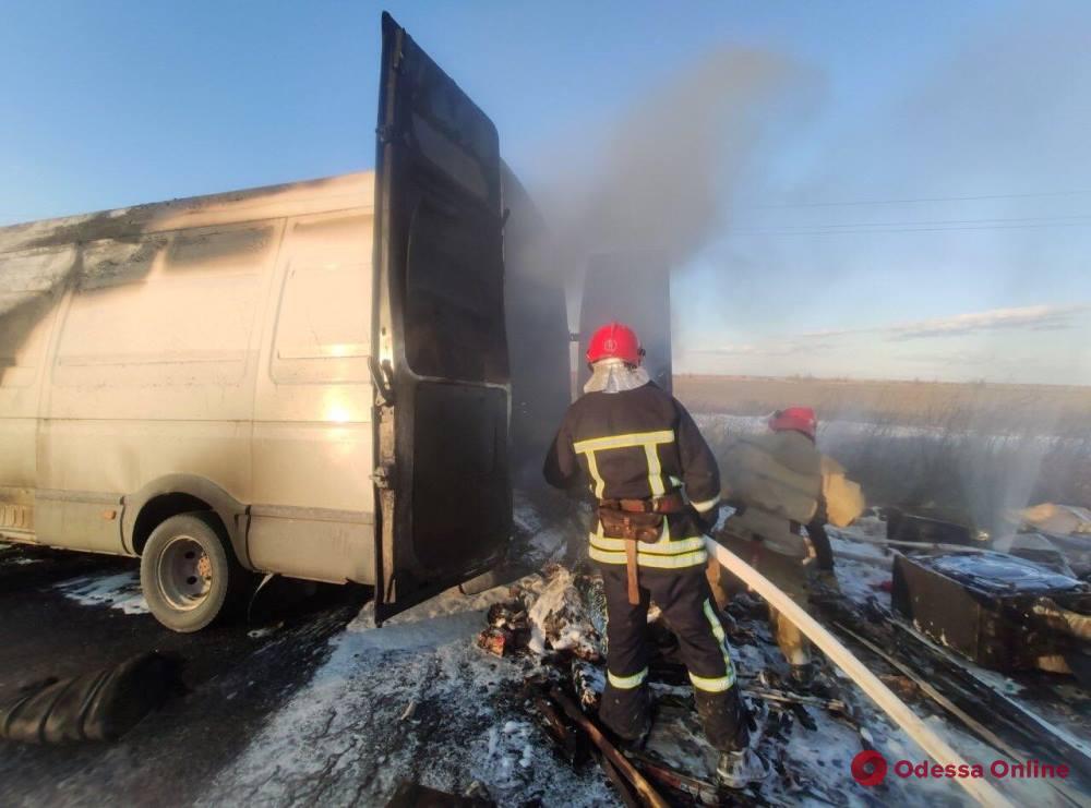 На автодороге в Одесской области горел микроавтобус